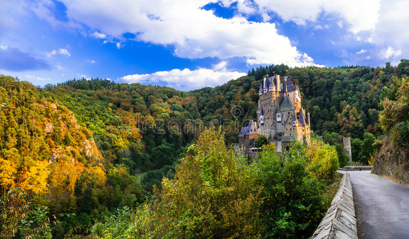 Burg Eltz - imponująco sławny kasztel w autun barwi Niemcy obraz royalty free