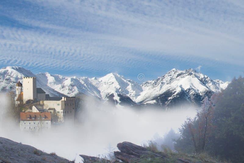 Burg Falkenstein vor Bergkette стоковое изображение rf