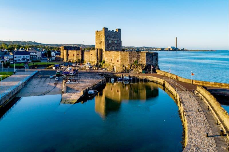 Burg Norman und Jachthafen von Carrickfergus bei Belfast stockfoto
