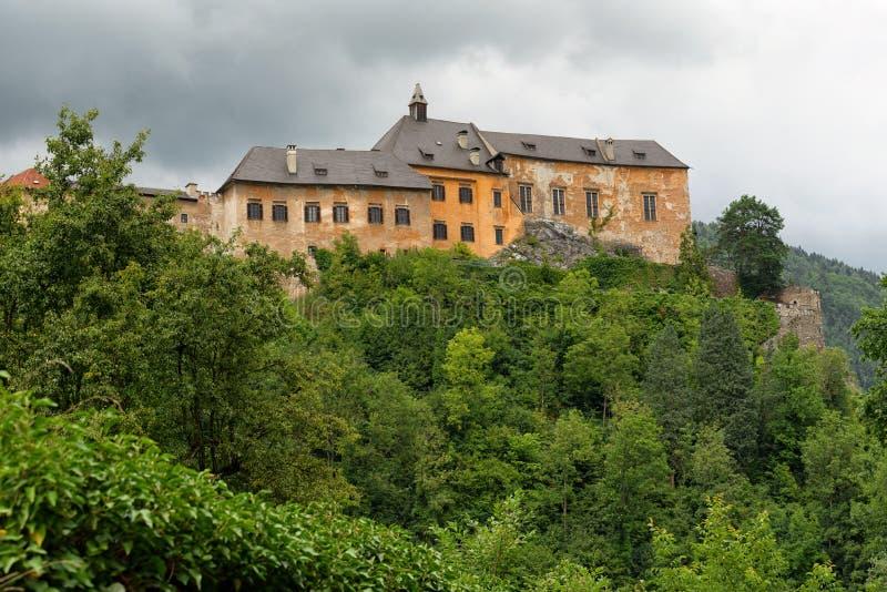 Burg Rabenstein de Ccastle sobre a MUR River Valley, Styria, Áustria foto de stock royalty free