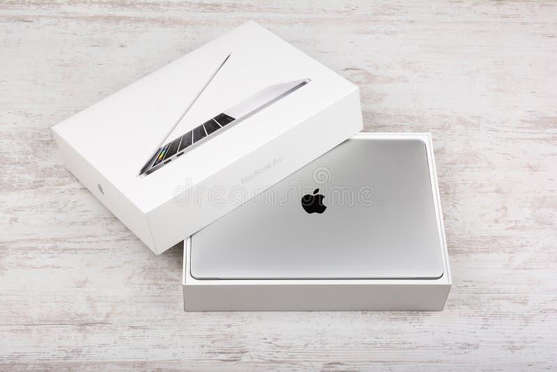 BURGAS, BULGÁRIA - 29 DE AGOSTO DE 2017: Exposição da retina de MacBook Pro com barra do toque e um sensor da identificação do to fotografia de stock royalty free