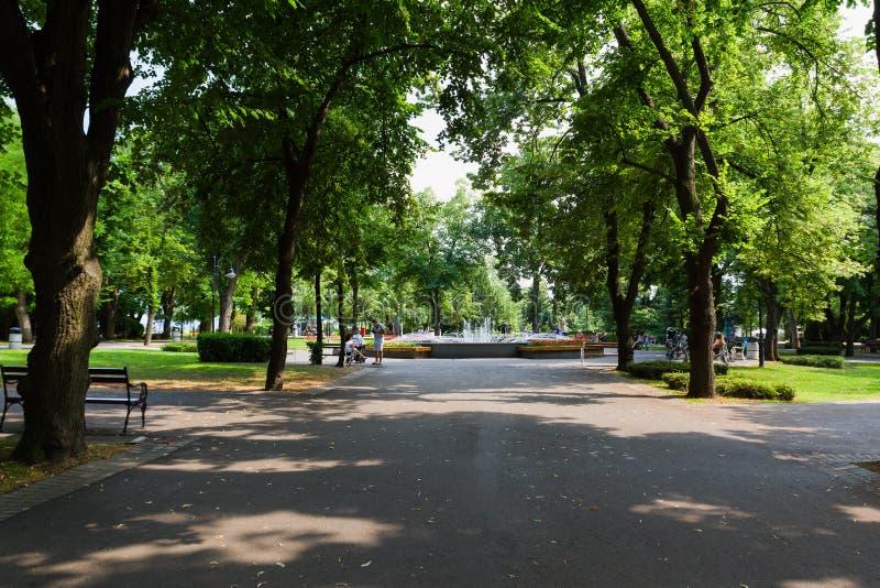 BURGAS, BULGÁRIA - 6 DE JULHO DE 2019: Jardim do mar de Burgas no verão Fonte no parque fotografia de stock
