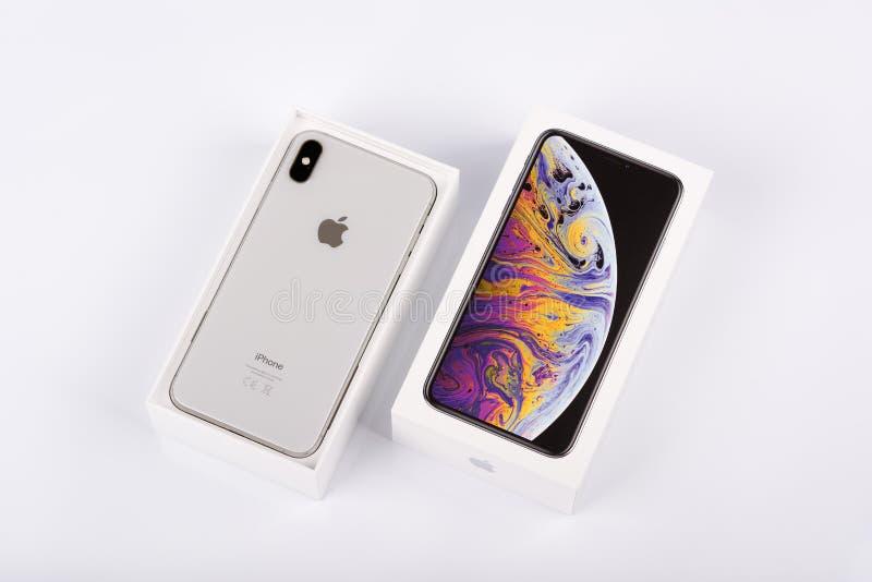 BURGAS, BULGÁRIA - 8 DE NOVEMBRO DE 2018: IPhone Xs Max Silver de Apple no fundo branco, opinião da parte traseira fotos de stock