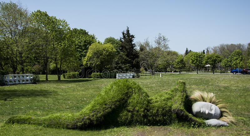 Burgas, Bulgaria - 5 maggio 2017: scultura nel giardino Burgas del mare fotografia stock libera da diritti