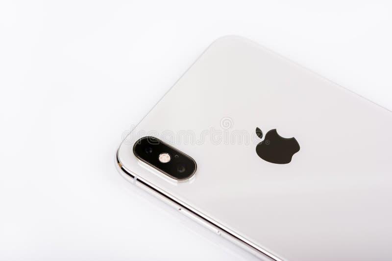 BURGAS, BULGARIA - 8 NOVEMBRE 2018: IPhone Xs Max Silver di Apple su fondo bianco, vista della parte posteriore fotografie stock libere da diritti