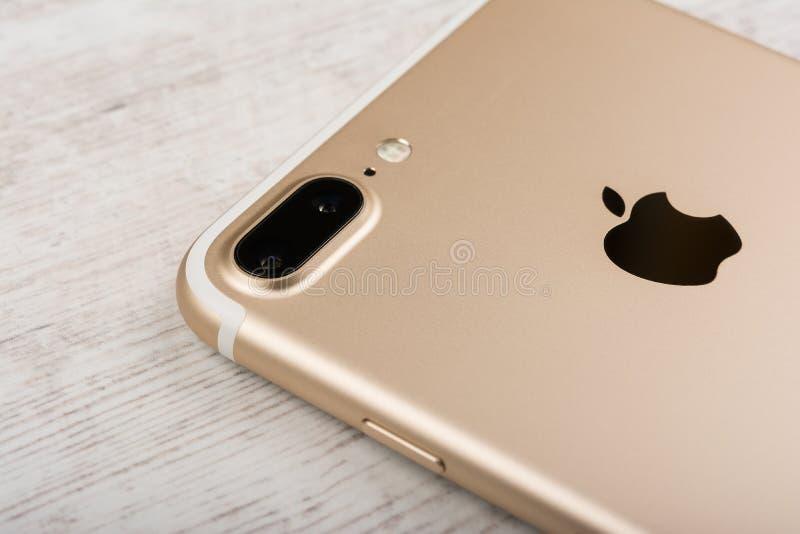 BURGAS, BULGARIA - 22 OTTOBRE 2016: Nuovi oro più di iPhone 7 di Apple su fondo bianco, lato posteriore, editoriale indicativo fotografie stock