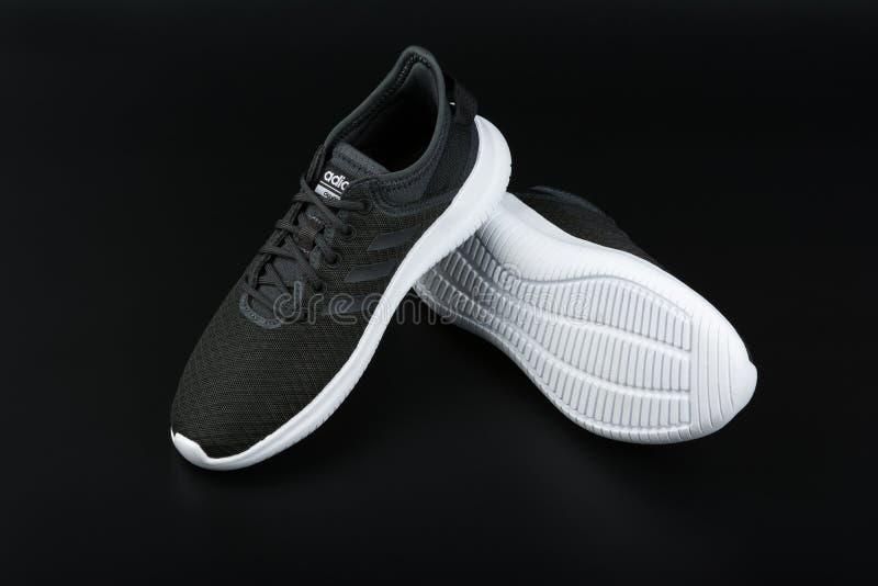BURGAS BULGARIEN - MARS 8, 2019: Adidas kvinnors väsentlighet Cloudfoam QT Flex Shoes Black på svart bakgrund royaltyfri fotografi