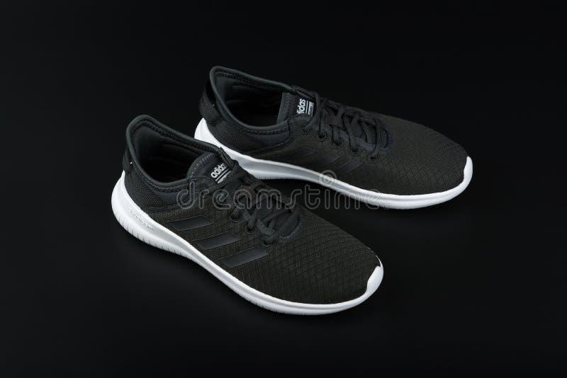 BURGAS BULGARIEN - MARS 8, 2019: Adidas kvinnors väsentlighet Cloudfoam QT Flex Shoes Black på svart bakgrund royaltyfri bild