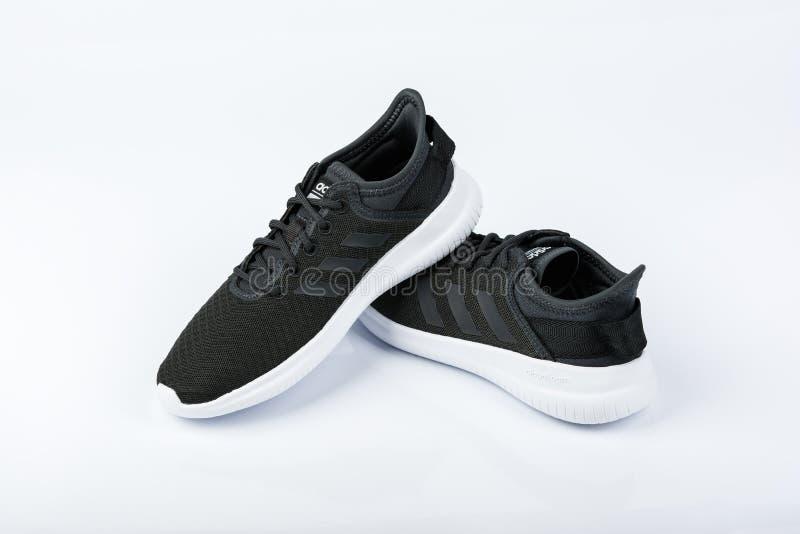 BURGAS BULGARIEN - MARS 8, 2019: Adidas kvinnors väsentlighet Cloudfoam QT Flex Shoes Black på vit bakgrund royaltyfri fotografi