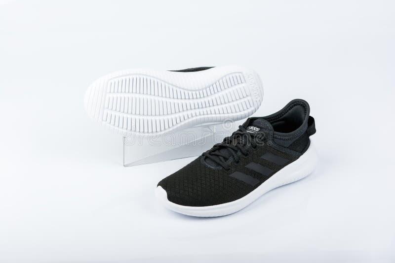 BURGAS BULGARIEN - MARS 8, 2019: Adidas kvinnors väsentlighet Cloudfoam QT Flex Shoes Black på vit bakgrund arkivfoto