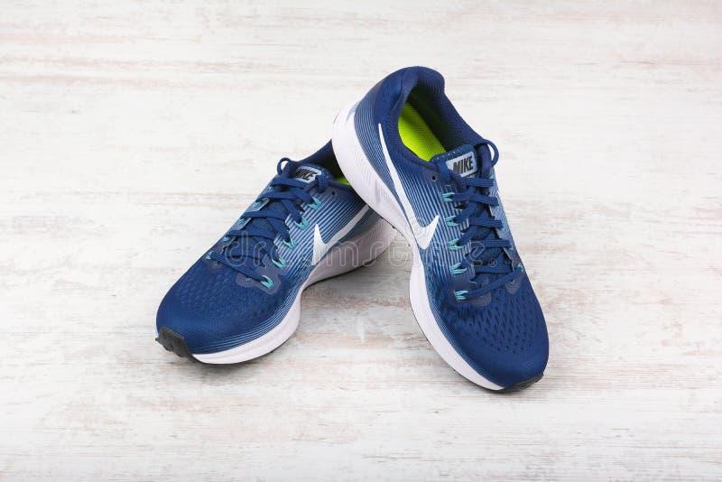 BURGAS, BULGARIEN - 6. SEPTEMBER 2017: Nike Air Zoom Pegasus 34 Frauen ` s Laufschuhe im Blau auf weißem hölzernem Hintergrund stockfotos
