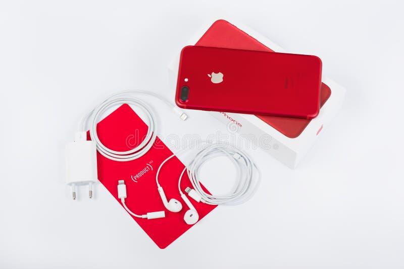 BURGAS, BULGARIJE - AUGUSTUS 11, 2018: Apple-iPhone 7 plus Rode Speciale Uitgave op witte achtergrond, achtermening Lader en earp royalty-vrije stock afbeelding