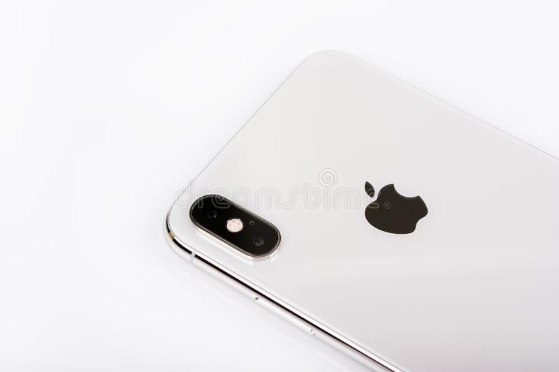 BURGAS, BULGARIJE - NOVEMBER 8, 2018: Apple-iPhone Xs Max Silver op witte achtergrond, achtermening royalty-vrije stock foto's