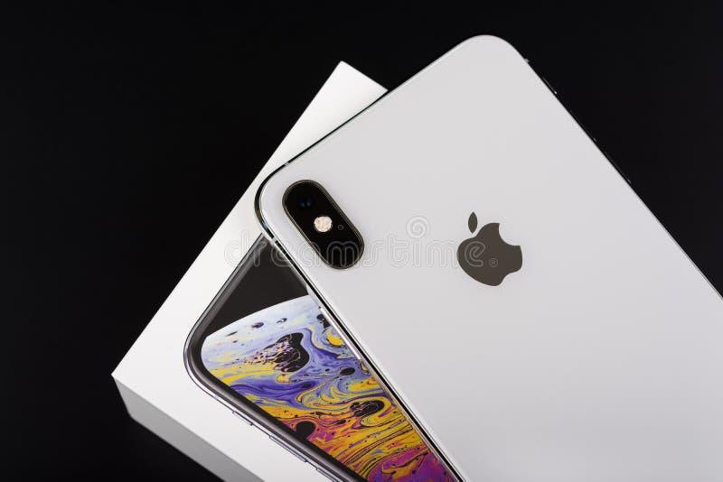 BURGAS, BULGARIJE - NOVEMBER 8, 2018: Apple-iPhone Xs Max Silver op zwarte achtergrond, achtermening royalty-vrije stock afbeeldingen