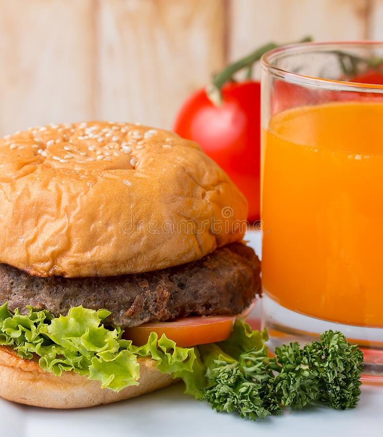 Burger και ο χυμός παρουσιάζουν Pounder τετάρτων και Bbq στοκ φωτογραφία με δικαίωμα ελεύθερης χρήσης