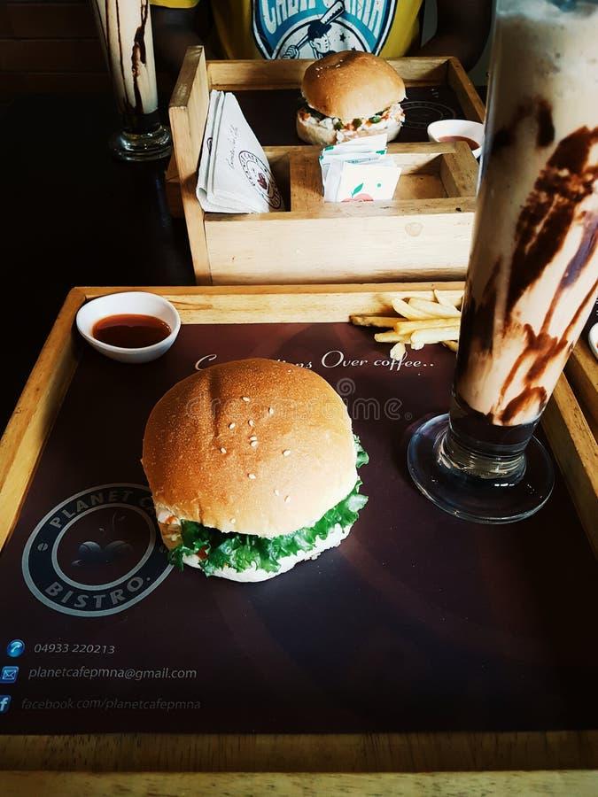 Burger και πάγου καφές στοκ εικόνα