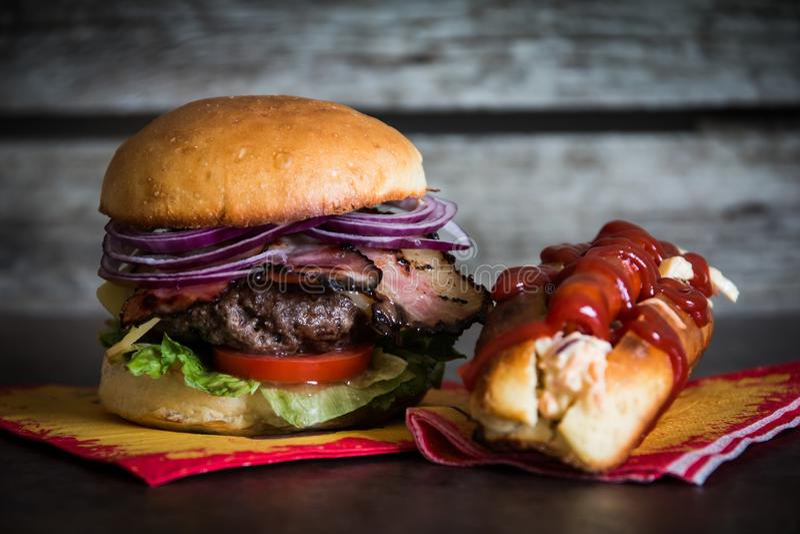 Burger και χοτ ντογκ στοκ φωτογραφίες