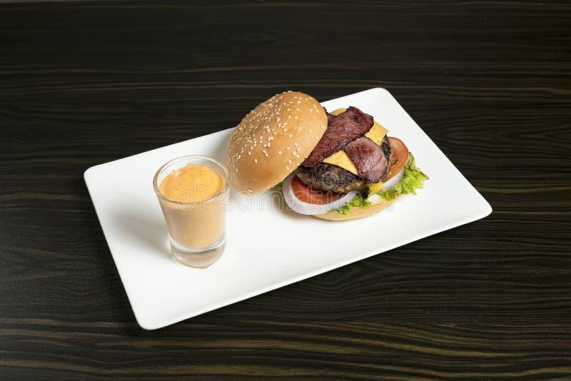 Burger κοτόπουλου τυριών μπέϊκον βόειου κρέατος στοκ φωτογραφία