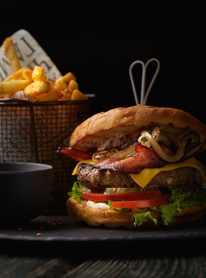 Burger με τα τηγανητά στοκ εικόνα με δικαίωμα ελεύθερης χρήσης