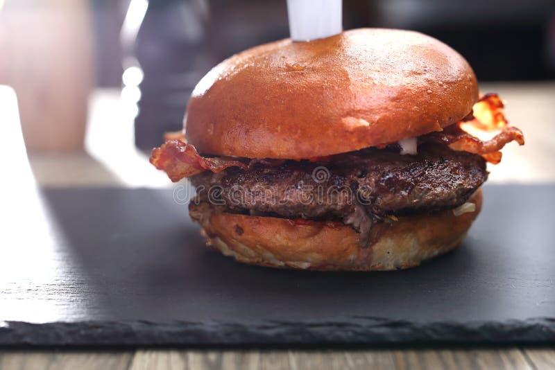 Burger με το βόειο κρέας Ψημένο στη σχάρα cutlet βόειου κρέατος σε ένα κουλούρι στοκ φωτογραφίες με δικαίωμα ελεύθερης χρήσης