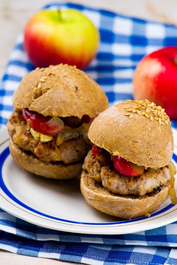 Burger με το χοιρινό κρέας και το μήλο στοκ εικόνες