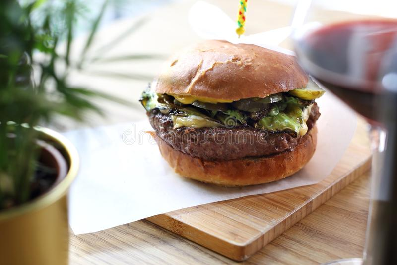 Burger με cutlet βόειου κρέατος με την πράσινη σαλάτα και τα ψημένα στη σχάρα πράσινα λαχανικά στοκ εικόνα με δικαίωμα ελεύθερης χρήσης