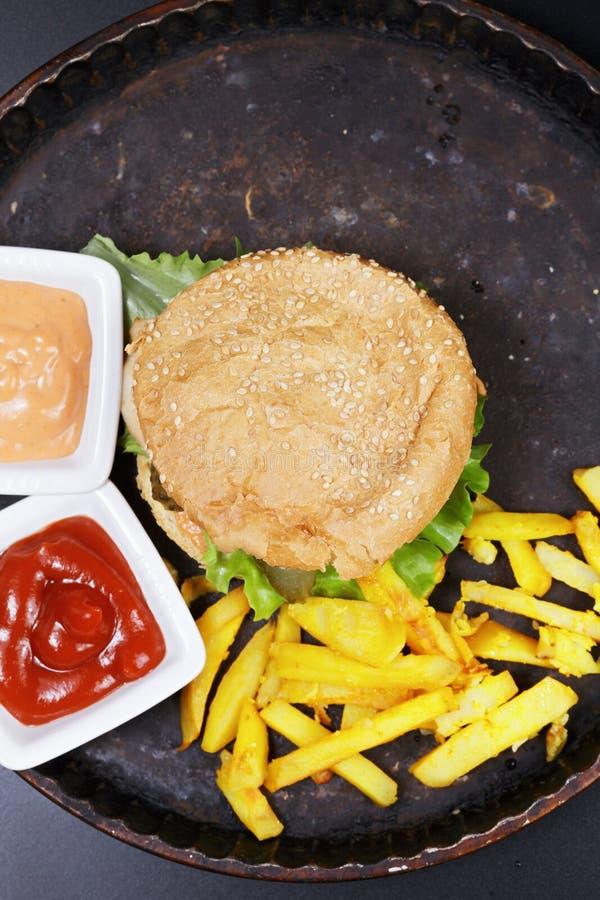 Burger με cutlet κοτόπουλου υπερυψωμένο στοκ φωτογραφία με δικαίωμα ελεύθερης χρήσης