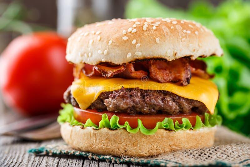 Burger μπέϊκον με cutlet βόειου κρέατος στοκ εικόνα με δικαίωμα ελεύθερης χρήσης