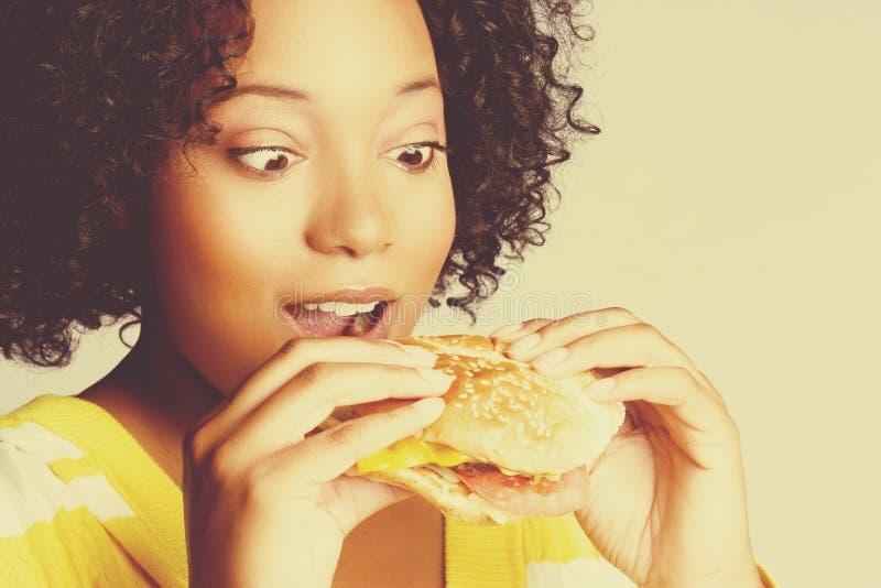burger που τρώει τη γυναίκα στοκ εικόνα