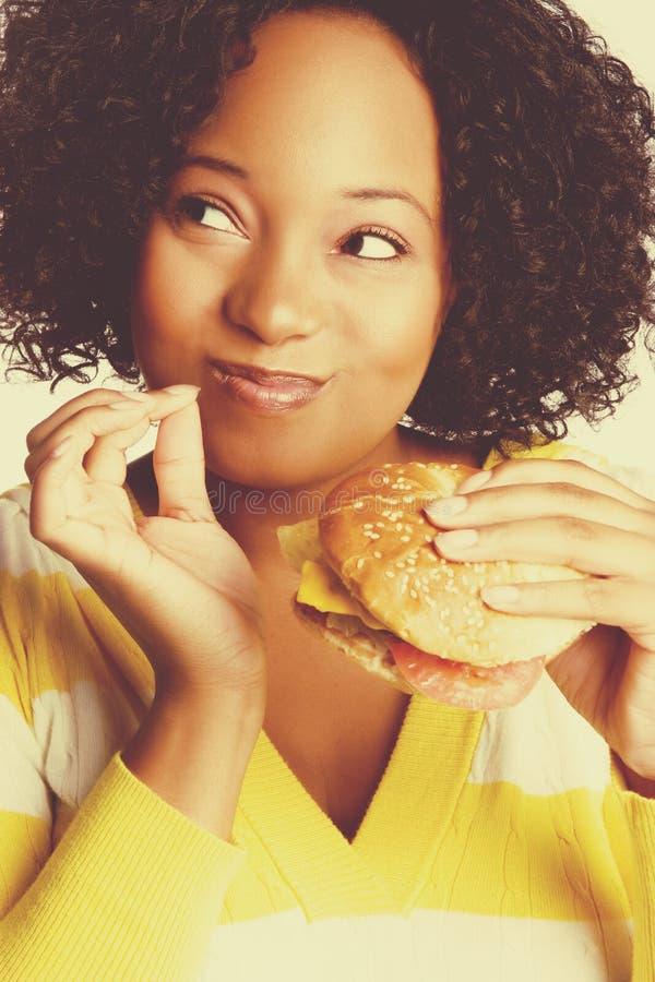 burger που τρώει τη γυναίκα στοκ φωτογραφίες