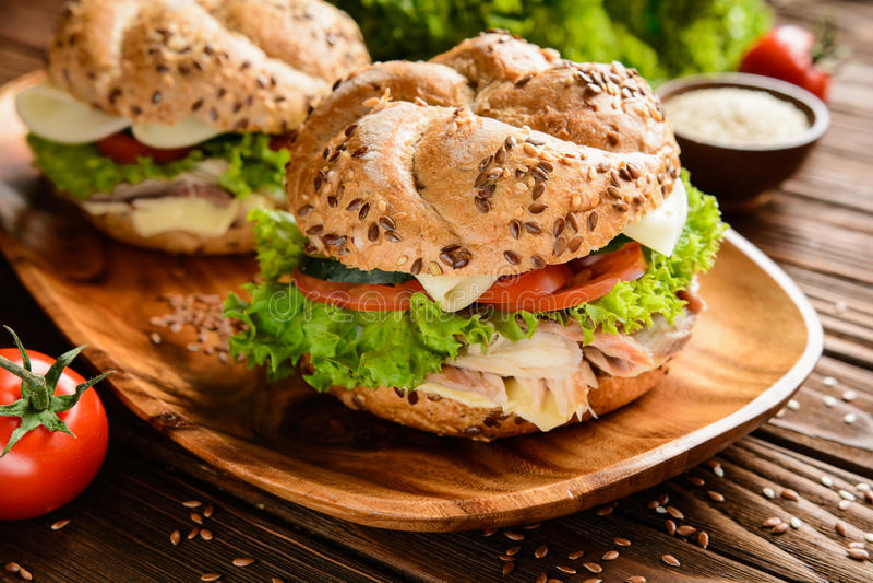 Burger ψαριών με το κρέας σκουμπριών, το τυρί και το φρέσκο λαχανικό στοκ εικόνα με δικαίωμα ελεύθερης χρήσης