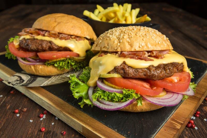 Burger auf einem hölzernen Brett stockbild