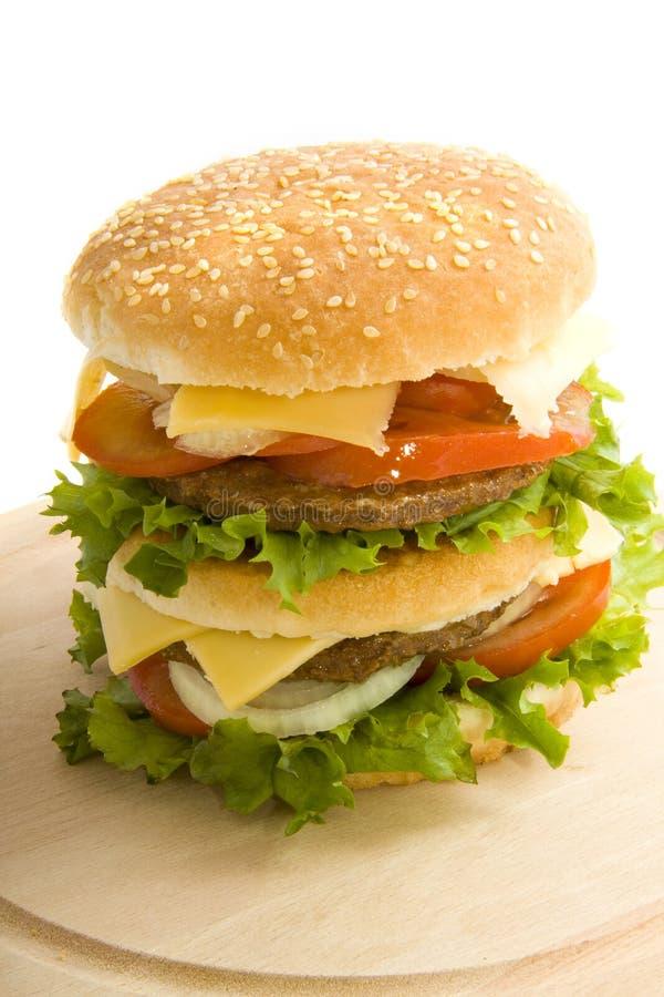 Burger auf Holz lizenzfreies stockfoto