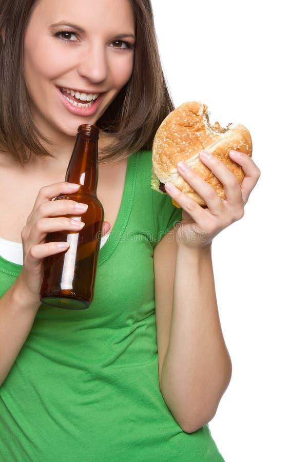 Burger-Bier-Frau stockfotografie
