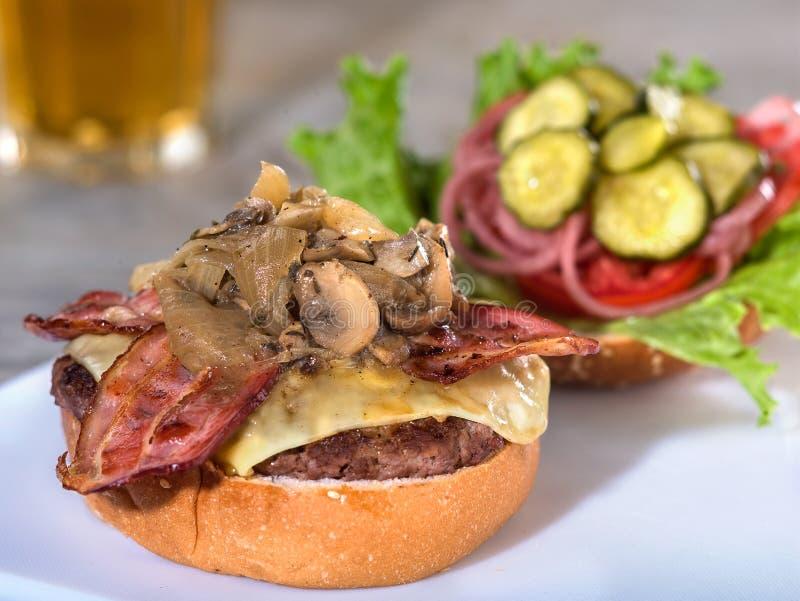 Burger des Speckes, des Pilzes und des Schweizer Käses, offenes Gesicht lizenzfreies stockbild