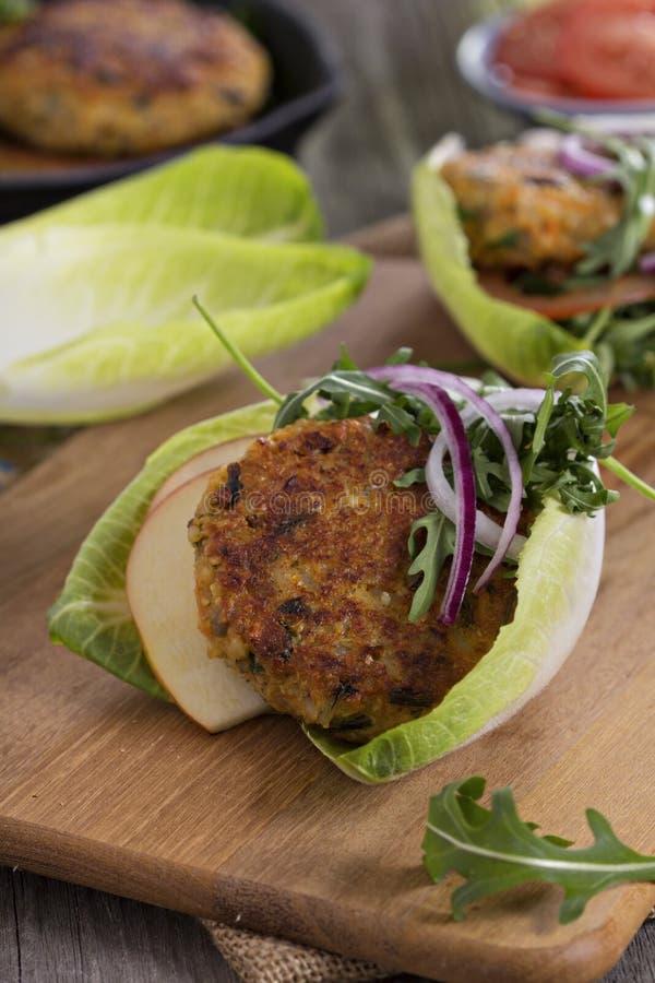 Burger des strengen Vegetariers mit Quinoa und Gemüse lizenzfreie stockfotos