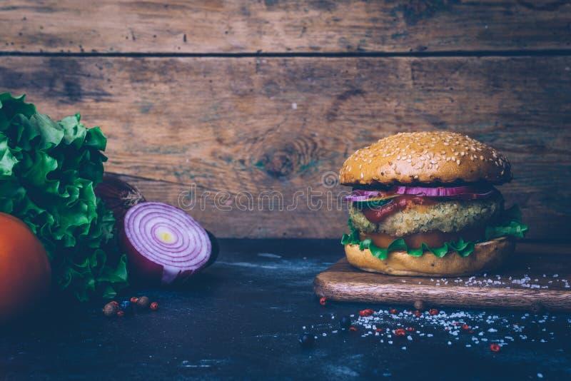 Burger home di vegetariana in burger con ceci e verdure. Concetto Veg. Copia spazio immagine stock