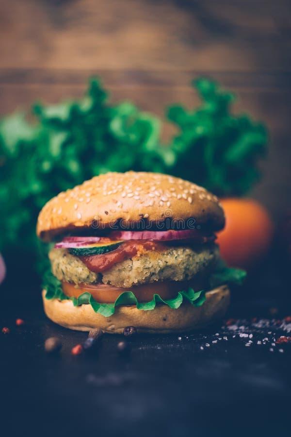 Burger home di vegetariana in burger con ceci e verdure. Concetto Veg. Copia spazio fotografie stock