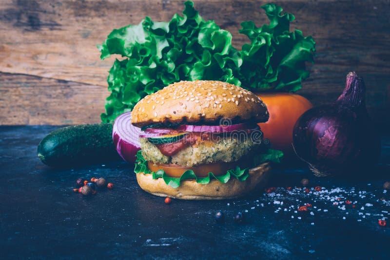 Burger home di vegetariana in burger con ceci e verdure Concetto Veg Copia spazio immagini stock