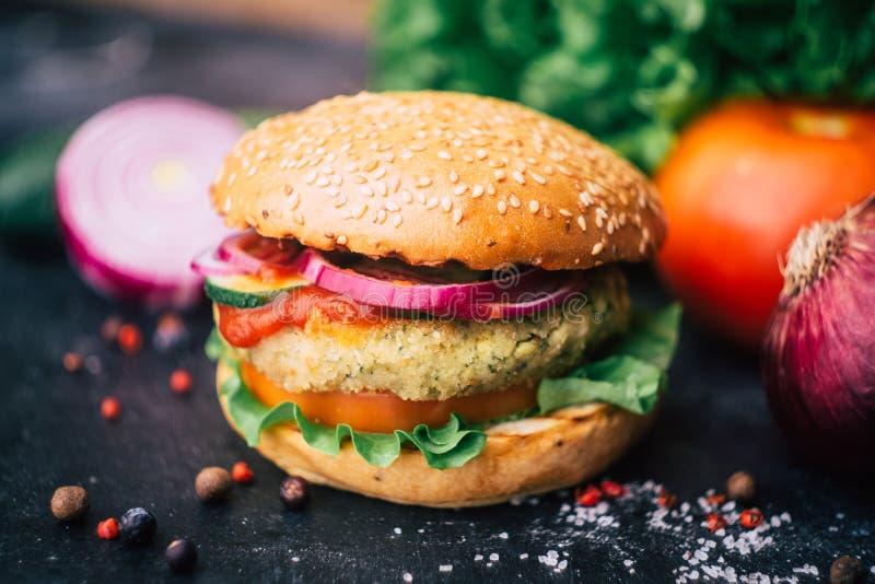 Burger home di vegetariana in burger con ceci e verdure Concetto Veg Copia spazio fotografia stock libera da diritti