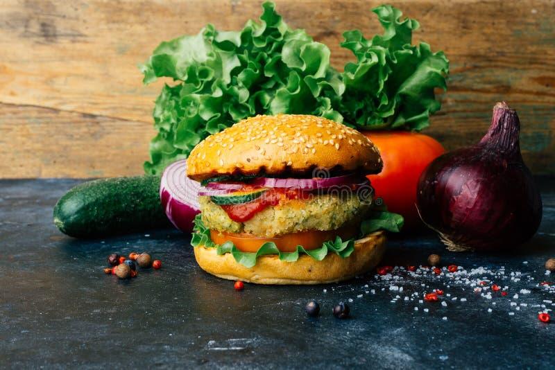 Burger home di vegetariana in burger con ceci e verdure Concetto Veg Copia spazio fotografie stock libere da diritti