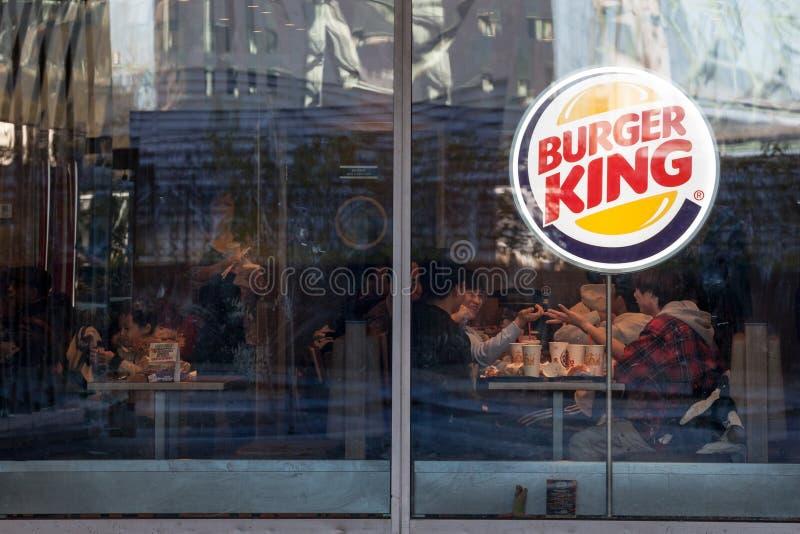 Burger King logo på deras huvudsakliga snabbmatrestaurang i Montreal, Quebec Burger King är ett amerikanskt snabbmatrestaurangmär royaltyfria foton