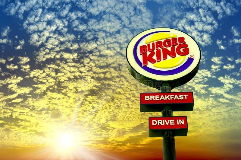 Burger King restauracji logo przy zmierzchem fotografia royalty free
