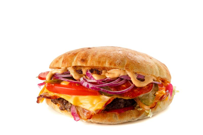 Burger mit dem Fleischkäse und -kräutern lokalisiert stockbild