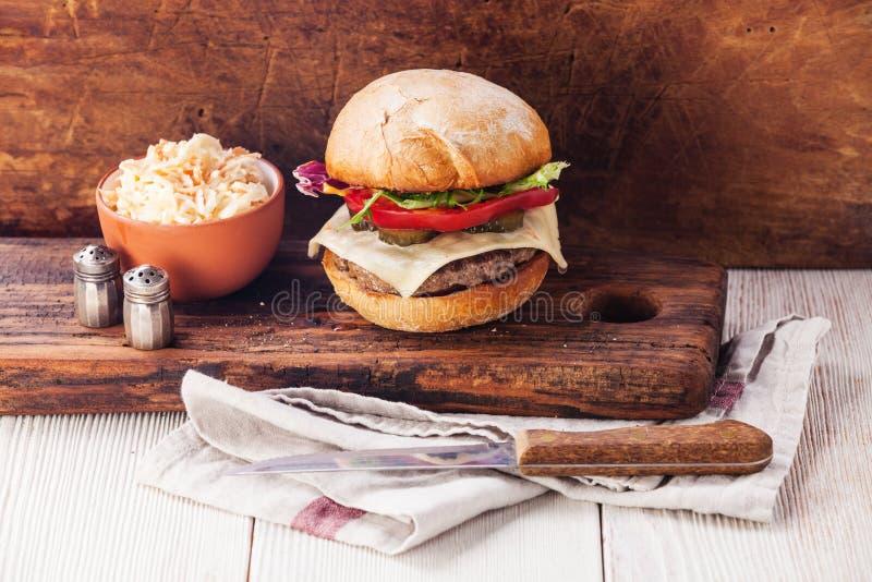 Burger mit Fleisch und Kohlsalat stockbilder