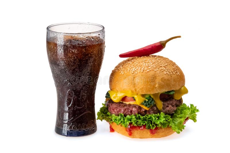 Burger mit Paprikapfeffer und Glas kaltem Koks stockfotografie