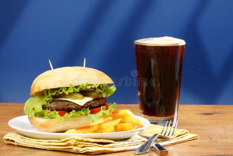 Burger, Pommes-Frites und Limonade stockfotos