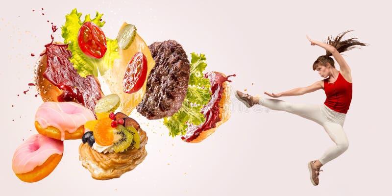 Burger's crashing par le boxeur isolé sur fond blanc photos libres de droits