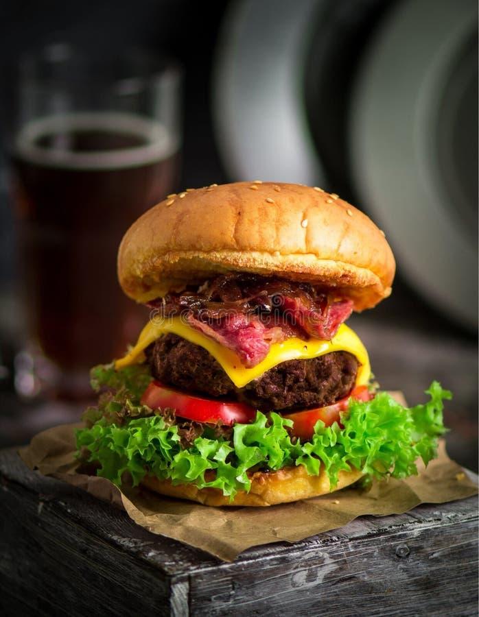 Burger schieben mit Gemüse ein lizenzfreies stockfoto