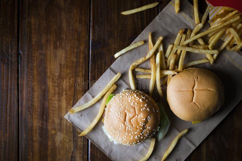 Burger, Schnellimbisshamburgermenü und Pommes-Frites stockbild